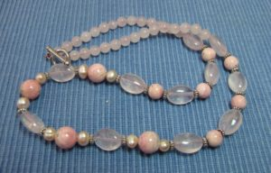 Collier en rhodochrosite, quartz rose et perle de culture